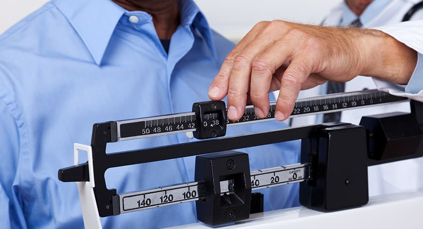 doctor-checking-weight-span